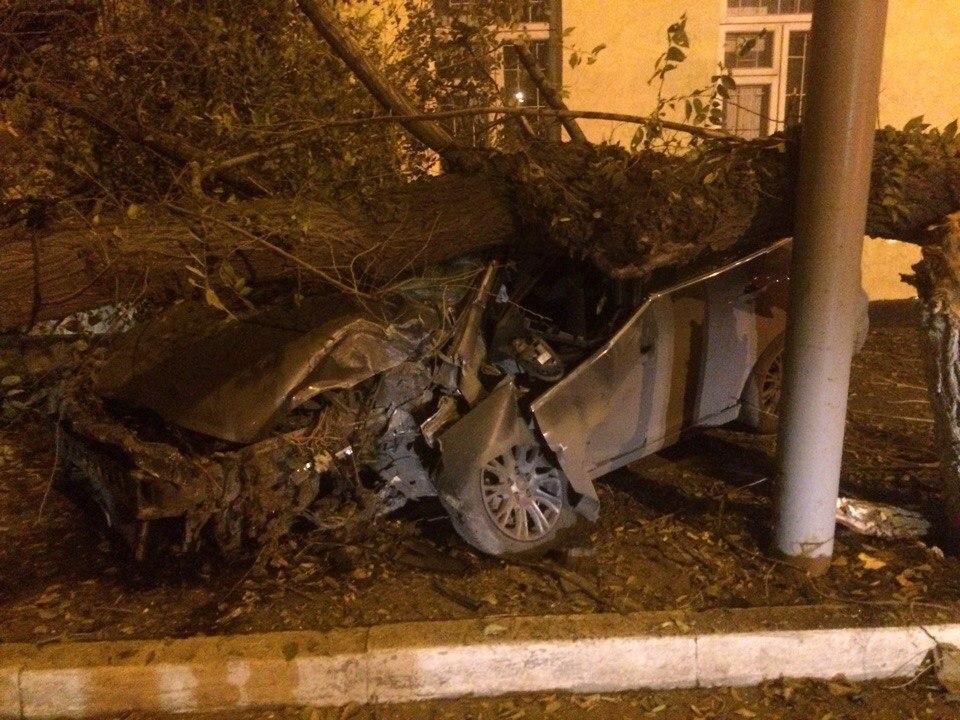 ДТП ВОренбурге: «Форд» наполном ходу влетел вдерево