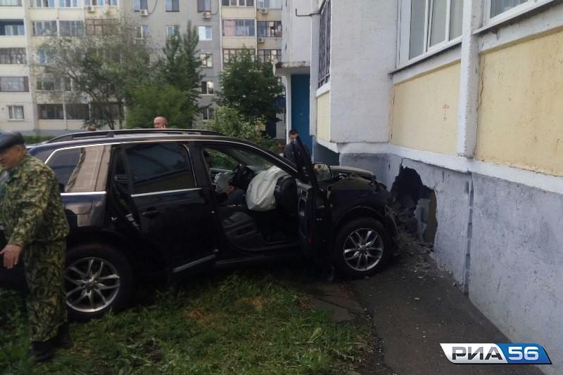 Шофёр вОриенбурге протаранил балкон жилого дома