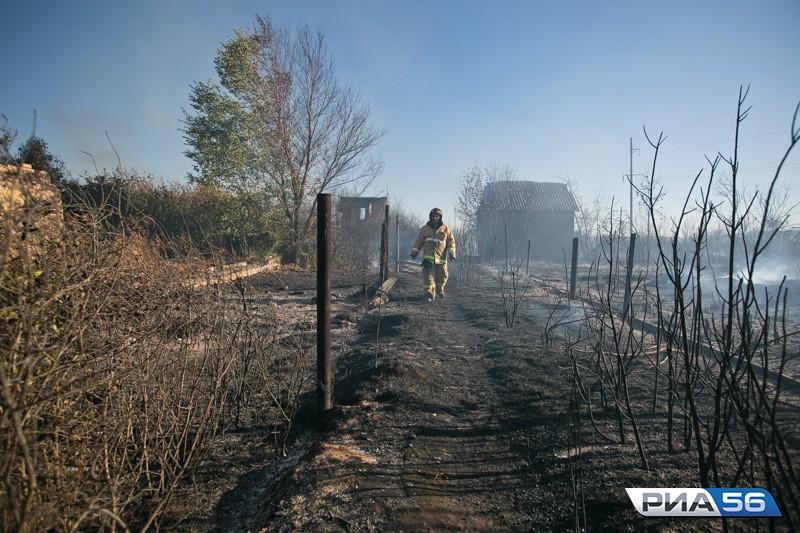 ВОренбурге полыхали сухая трава идачные домики