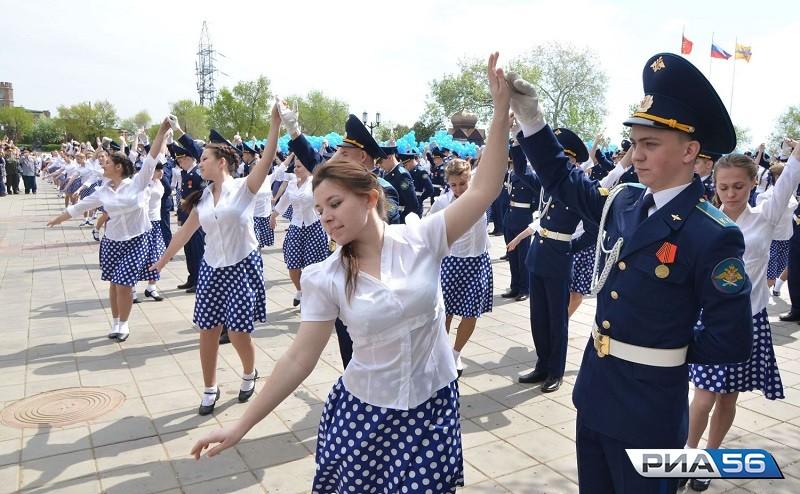 Сорок тыс. оренбуржцев станцевали вальс вчесть Дня Победы