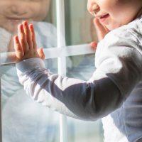 Окна и москитные сетки: СК напомнил о безопасности детей