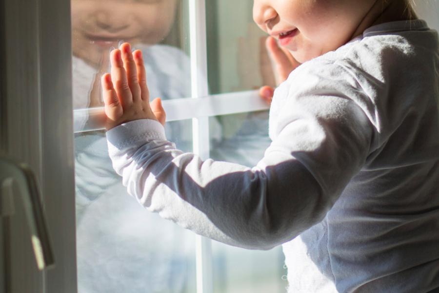 Маленький ребенок выпал из окна второго этажа в Оренбурге - Новости  Оренбурга и Оренбургской области на РИА56