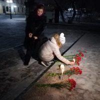 В Оренбурге на Набережную несут цветы в память о жертвах крушения Ан-148