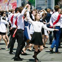 Оренбургские выпускники «зажгли» в центре города