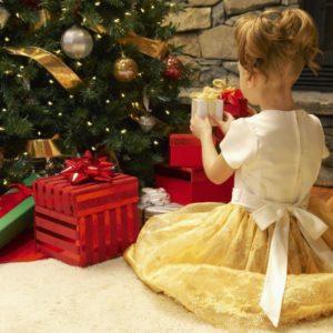 Дети чаще всего просят у Деда Мороза мобильные телефоны