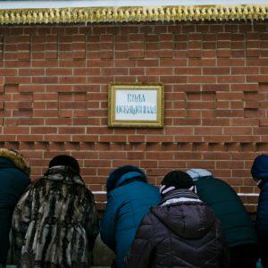 У оренбургских храмов выстроились очереди за святой водой