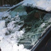 В Новосергиевке сошедший с крыши снег повредил ВАЗ