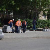 На улице Родимцева завершают укладку нового асфальта