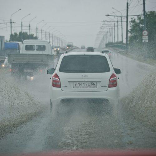 Кругом вода. В Оренбурге после ливня «поплыл» проспект Дзержинского