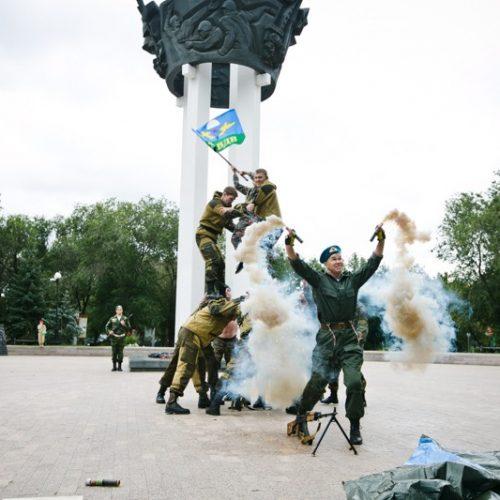 Оружие, дым и огонь: десантники устроили представление в центре Оренбурга