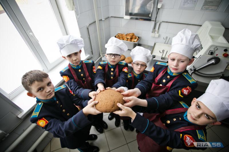 «Блокадный» хлеб испекли кадеты президентского училища в Оренбурге