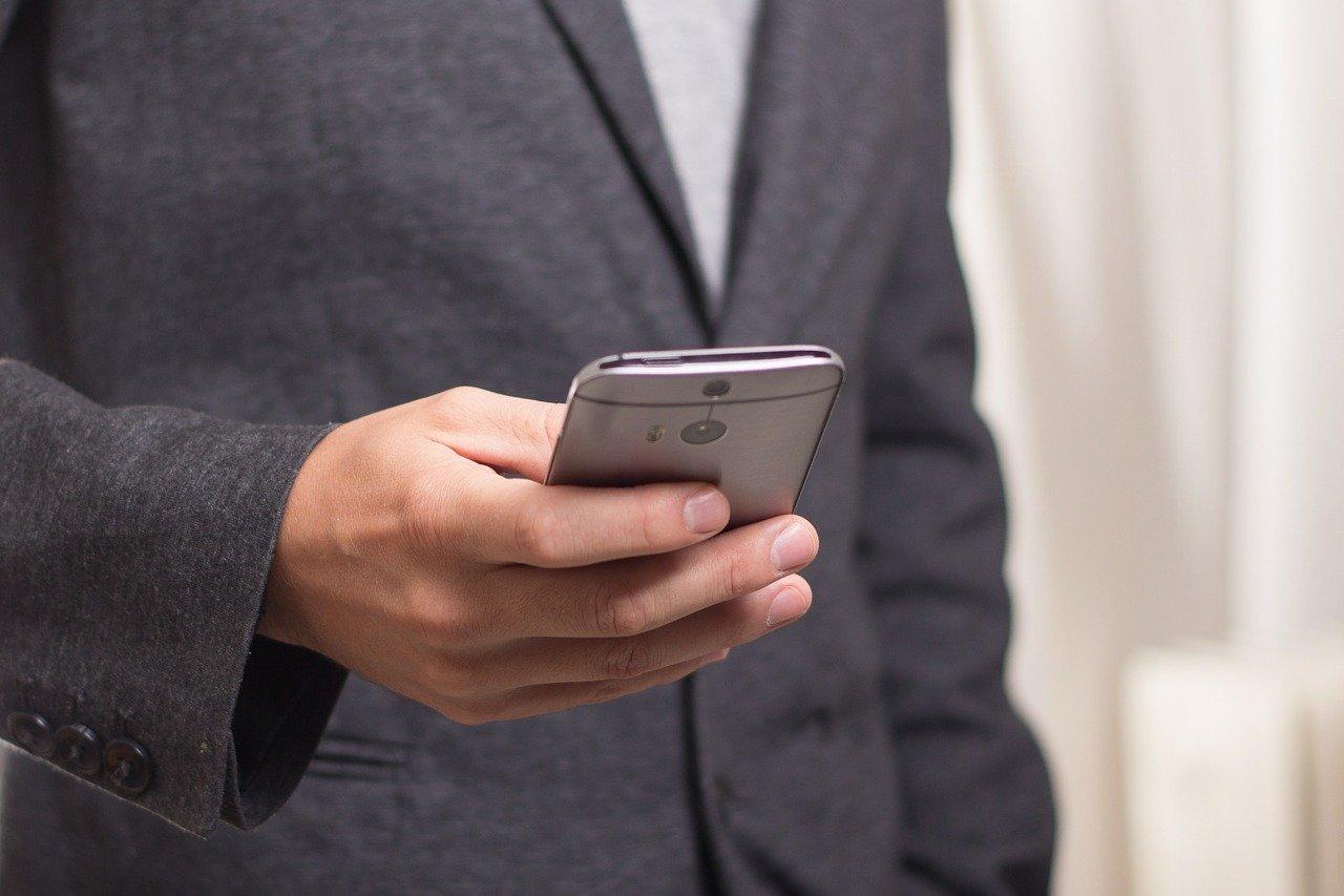 Медики рассказали о связи смартфонов с раком щитовидной железы