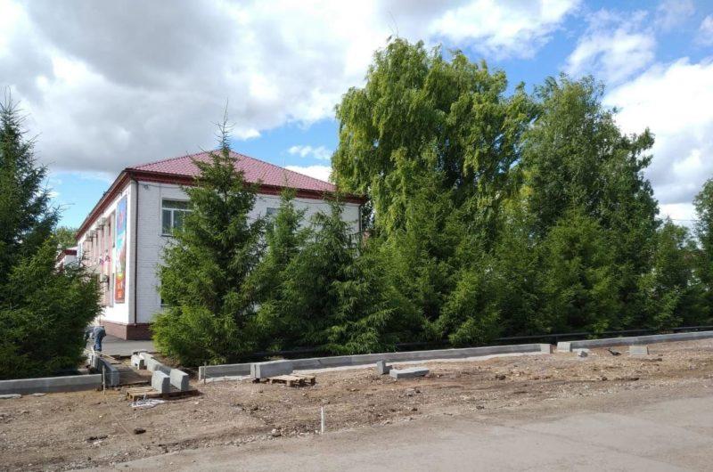 В оренбургском селе Плешаново завершают благоустройство административной площади