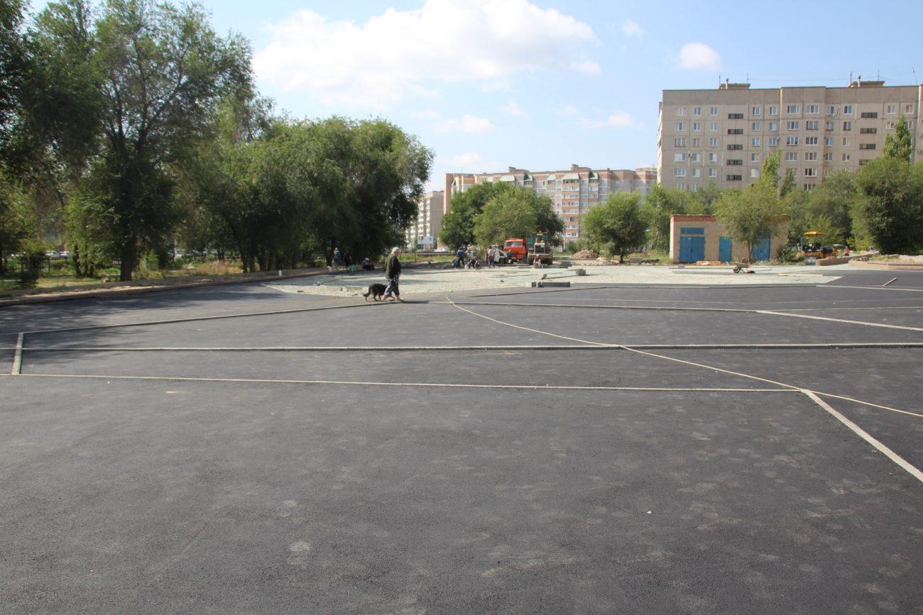В Новотроицке благоустраивают детскую игровую площадку по нацпроекту