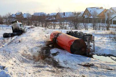 Из перевернувшейся под Оренбургом автоцистерны произошел разлив нефтепродуктов