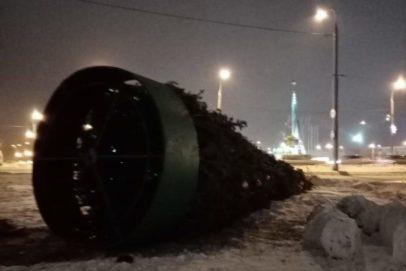 Штормовой ветер в Оренбурге повалил три елки и поднимал крыши домов