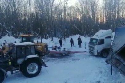 В Кировской области вытащили из кювета фуру дальнобойщика из Оренбуржья