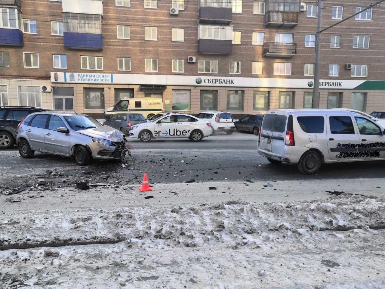 В Оренбурге на проспекте Победы произошла авария. В ДТП пострадали три человека