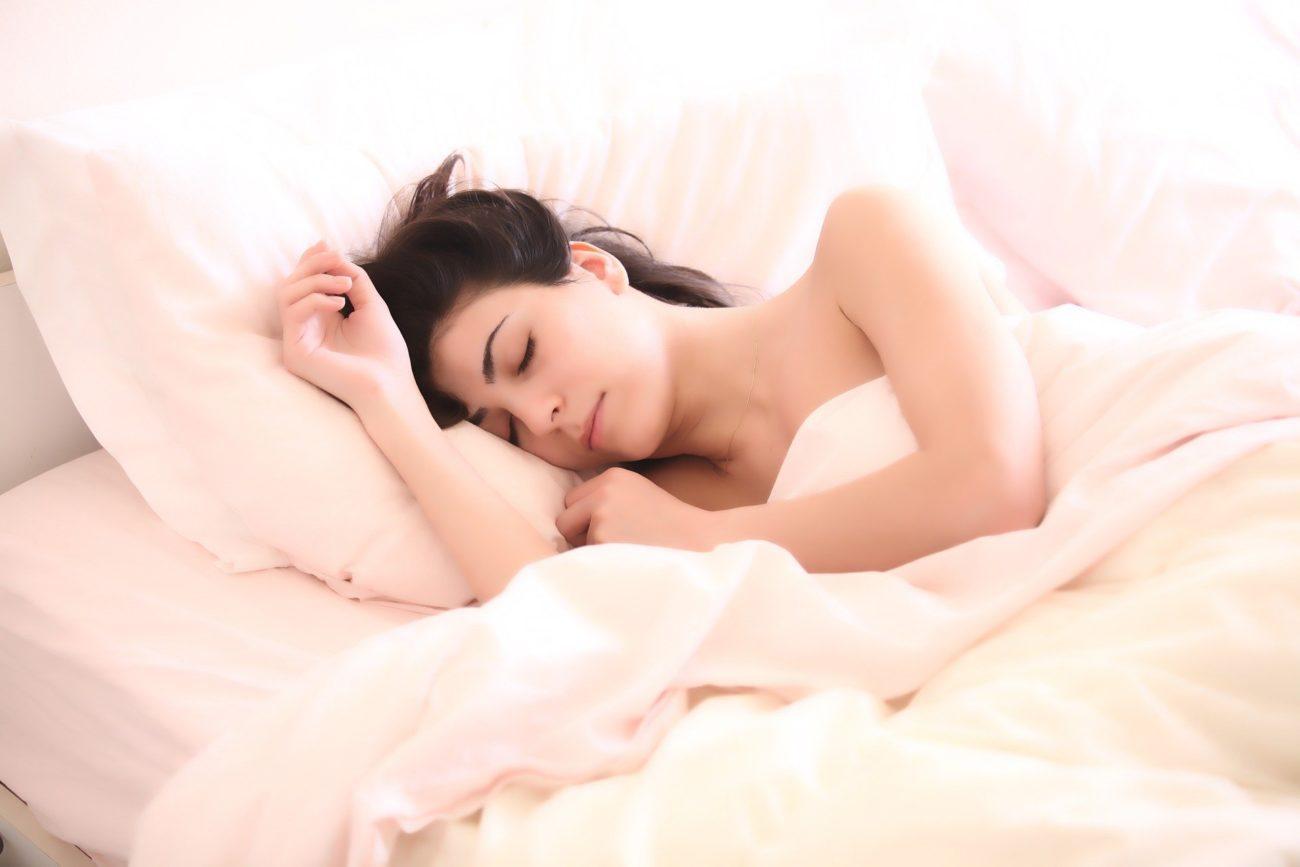 Косметологи озвучили правила сна для сохранения молодости и красоты женщины