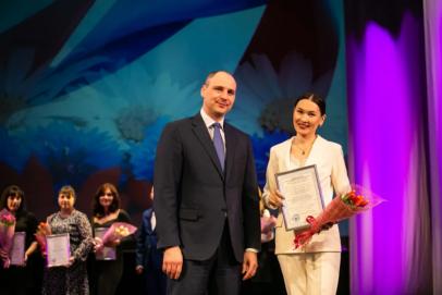 Денис Паслер вручил молодым семьям Орска сертификаты на приобретение жилья