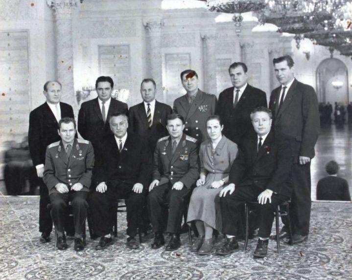 Житель Кваркенского района показал фотографию своего отца с Юрием Гагариным