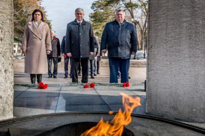 Сергей Балыкин и делегация Беларуси возложили цветы к Вечному огню в парке «Салют, Победа!»