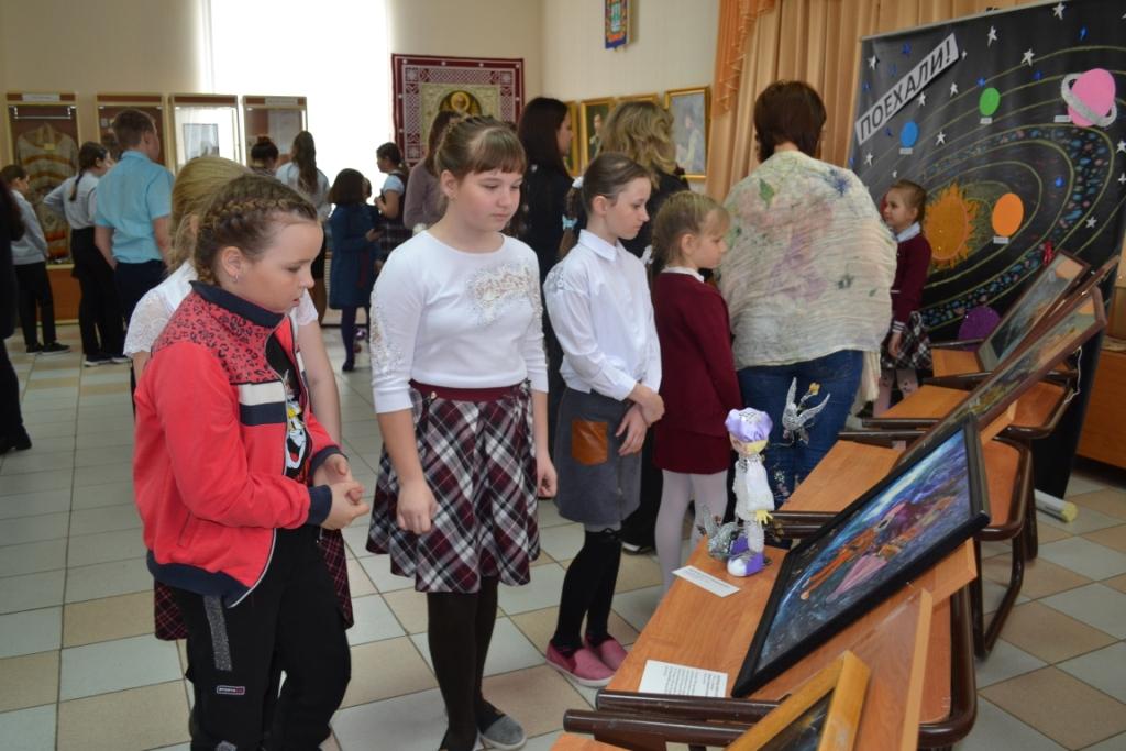 В музее Ташлы работает передвижная выставка «Космос глазами наивных художников»