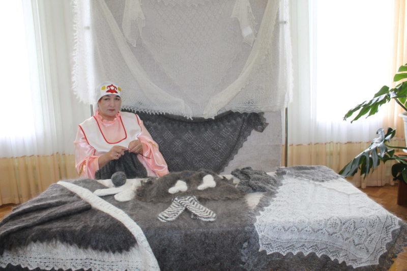 Сорочинские умелицы дарят «пуховое тепло»