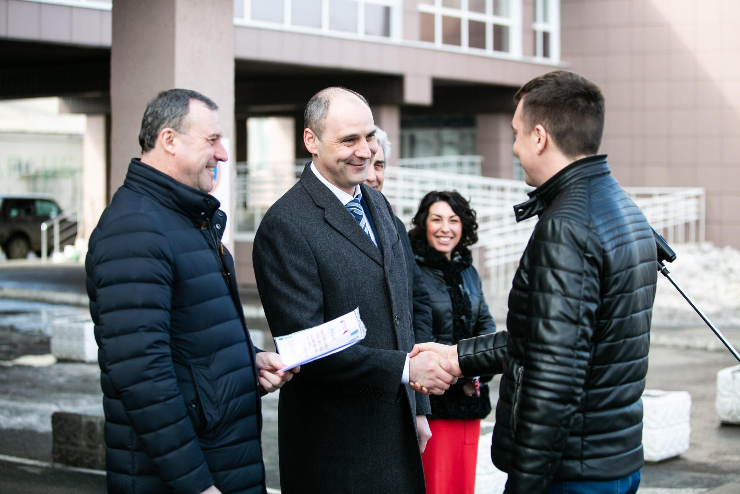 Девять районных больниц Оренбуржья получили ключи от мобильных ФАПов