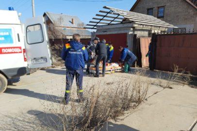 В Оренбуржье спасатели помогли медикам проникнуть в дом к пациенту с инсультом