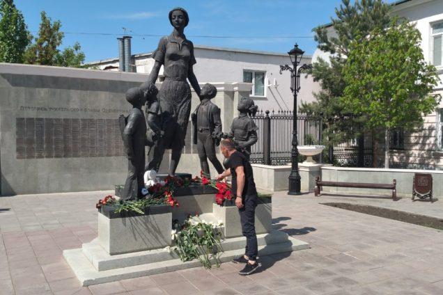 Оренбуржцы несут цветы и мягкие игрушки к мемориалу памяти о погибших в Казани