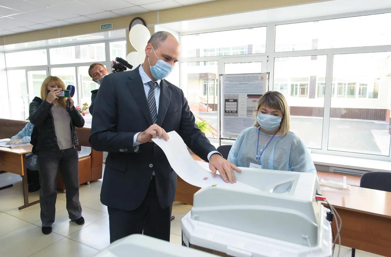 Губернатор Денис Паслер проголосовал на избирательном участке в Кувандыке